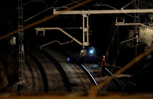 Personal de seguridad tras el choque de trenes.