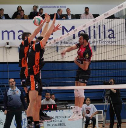 Lance del partido de semifinales de la Copa del Rey de voleibol entre el Teruel y el Urbia Palma disputado en Melilla.