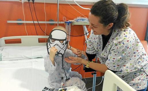 Personal de la planta de pediatría de Son Espases juega con un menor ingresado.