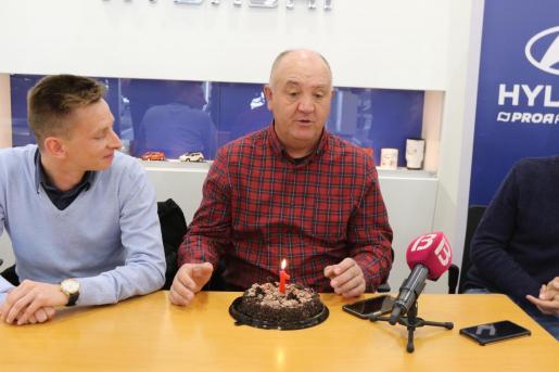 El director deportivo del Atlético Baleares, Patrick Messow, y el técnico Manix Mandiola han dejado patente su unión en un acto en el que se ha conmemorado el primer año del preparador vasco en el club.