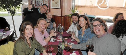 Bebé, Cata, Felipe, Toni, Lluís y Marita, y Mariano quedan cada viernes.