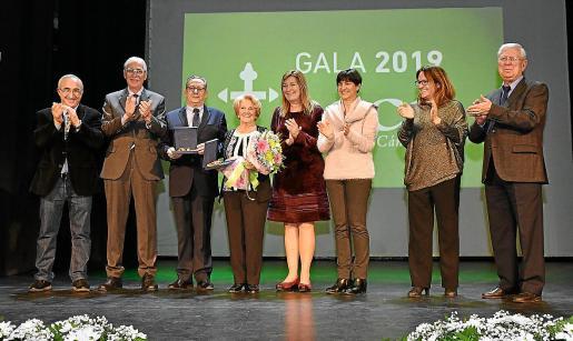 Los galardonados, con los directivos de la AECC y las autoridades de Menorca, este viernes.