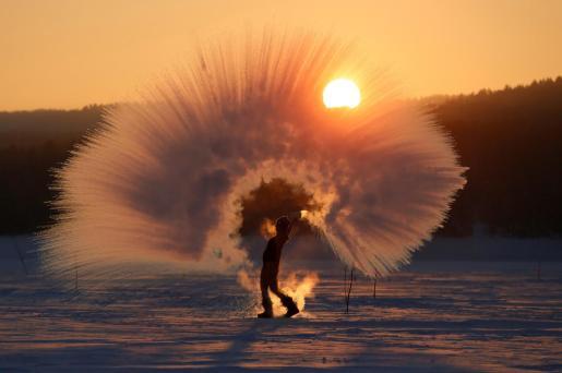 Las imágenes de personas lanzando agua hirviendo en zonas donde las temperaturas han llegado al os 40 grados bajo cero se han visto en las redes sociales, al tiempo que se denuncia este nuevo y peligroso reto viral.