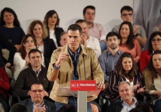 El presidente del Gobierno y secretario general del PSOE, Pedro Sánchez, durante su intervención en la presentación de la candidatura del socialista Alfredo Retortillo (d) para el ayuntamiento vizcaíno de Barakaldo.