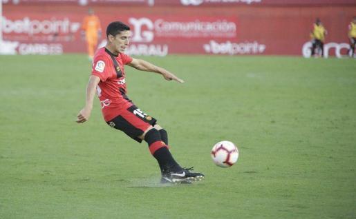 Fran Gámez golpea al balón en un partido de la presente temporada.