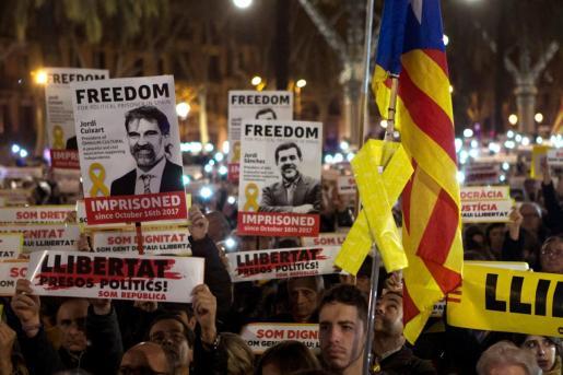 Simpatizantes de la ANC y Òmnium Cultural durante una concentración celebrada en Barcelona para exigir la libertad de Jordi Sánchez y Jordi Cuixart.