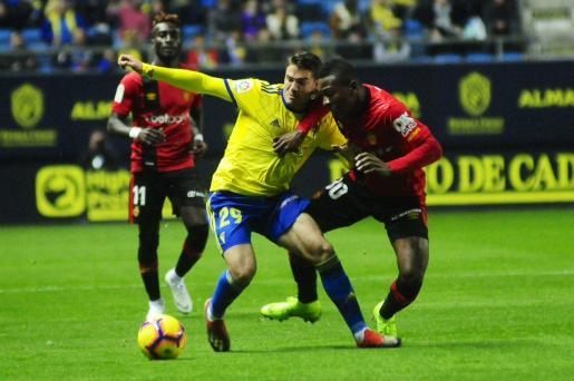 Pervis Estupiñán protege el balón durante el partido disputado por el Mallorca en Cádiz.