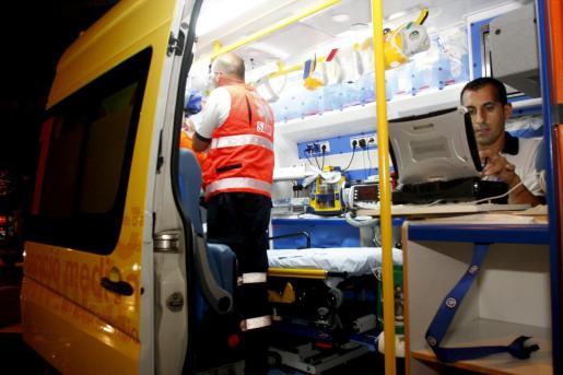 Los equipos de emergencias, en una ambulancia medicalizada del 061.