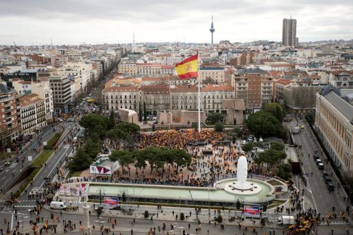 Numerosas personas se han congregado ya en la Plaza de Colón, antes del inicio de la concentración convocada para protestar contra la política del Gobierno.