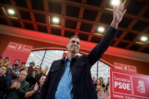 El presidente del Gobierno de España y secretario general del PSOE, Pedro Sánchez, a su llegada al acto de presentación del candidato a la alcaldía de Santander.