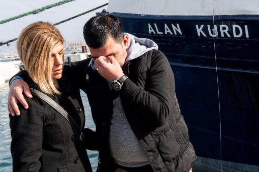 """GRAF4951. PALMA DE MALLORCA, 10/02/2019.- Ceremonia de cambio del nombre del barco de rescate el ong Sea-Eye, que pasará de llamarse """"Profesor Albrecht Penck"""" a """"Alan Kurdi"""", en recuerdo del niño que apareció ahogado en la orilla de la playa de Bodrum (Turquía) y se convirtió en símbolo de la crisis de los refugiados. En la imagen, el padre y la tía de Alan, Abdullah Kurdi (D) y Tima Kurdi (I), asisten a la ceremonia del nuevo bautizo. EFE/Cati Cladera El barco de una ONG que rescata inmigrantes llevará nom"""