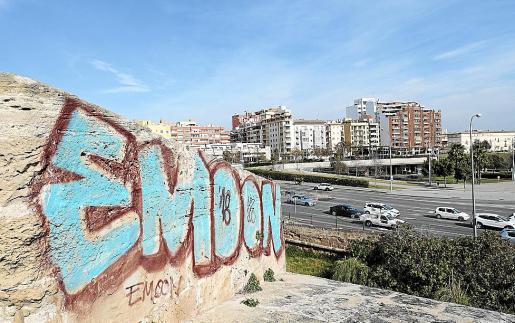 La muralla cuenta en estos momentos con una buena colección de pintadas y grafitis, algunos de los cuales llevan bastante tiempo.