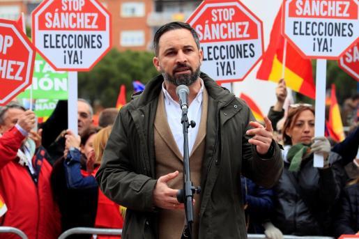 El presidente de VOX, Santiago Abascal, durante su intervención en la concentración convocada por su partido, Ciudadanos y el PP este domingo en la plaza de Colón.