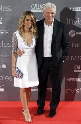 El actor estadounidense Richard Gere, acompañado de Alejandra Silva.