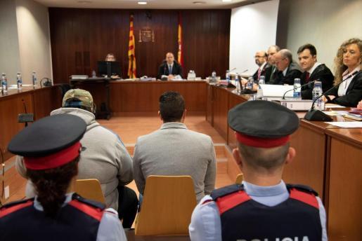 Un momento del juicio contra Ismael Rodríguez (d), en la Audiencia de Lleida, un cazador que hace dos años disparó mortalmente y por sorpresa contra dos agentes rurales en un coto de la localidad leridana de Aspa.
