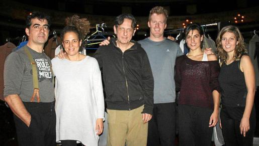 El elenco de actores: Rodo Janer, Lluqui Herrero, Carles Molinet, Albert Mèlich, Rosa Serra y Maria Bauçà, antes de salir a escena.
