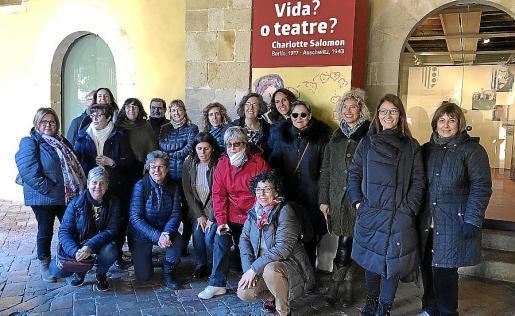 Foto de grupo de los clubs de lectura de Esporles y Llucmajor que viajaron a Barcelona.
