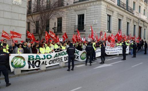 Decenas de personas participan en una concentración convocada por los sindicatos CCOO y UGT quienes han convocado para este lunes una huelga general de 24 horas en la filial española de la cementera mexicana Cemex en protesta por el despido de 188 personas y el cierre de dos fábricas de cemento, una en Gádor (Almería) y otra en Lloseta.
