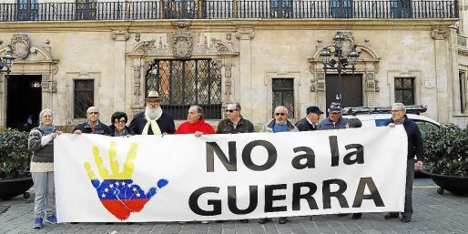 Los integrantes de la plataforma 'No a la guerra en Venezuela ni en ningún sitio' este lunes en Cort.