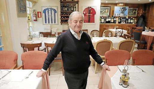 En uno de los salones, Jaime Pizá con las camisetas del Baleares y del Mallorca al fondo.
