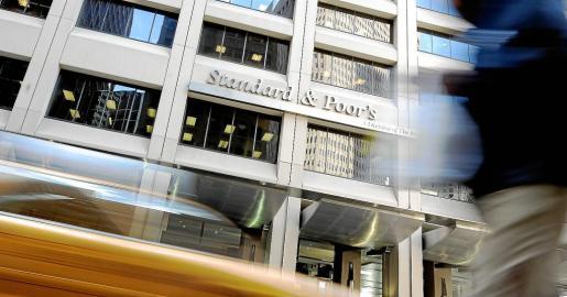 Fotografía del 8 de diciembre de 2011 que muestra la fachada de la agencia de medición de riesgo Standard & Poor's en Nueva York.