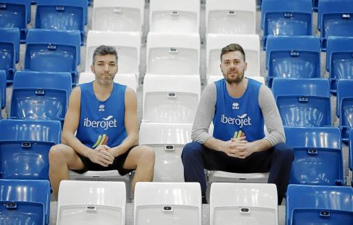 Los capitanes del Iberojet Palma Carles Bivià y Joan Tomàs, en las gradas del Palau d'Esports de Son Moix.