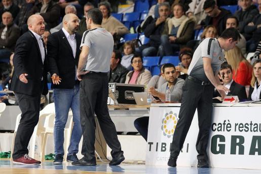 El cuerpo técnico del TAU Castelló protesta a los árbitros y la mesa durante el partido ante el Iberojet.