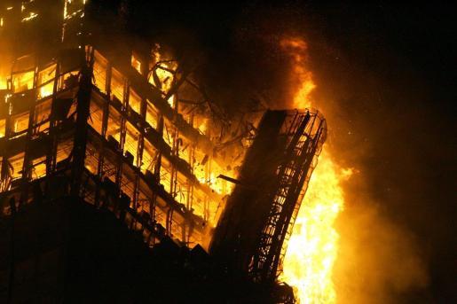 Imagen del espectacular incendio del edificio Windsor, del que este jueves se cumplirá 14 años.