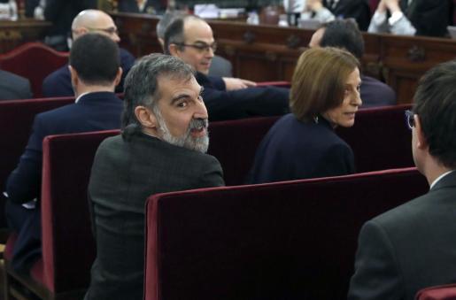 Los acusados por el proceso soberanista catalán que derivó en la celebración del 1-O y la declaración unilateral de independencia de Cataluña (DUI), Jordi Cuixart (i), presidente de Òmnium Cultural, y Carmen Forcadell, expresidenta del Parlament, en el banquillo del Tribunal Supremo.
