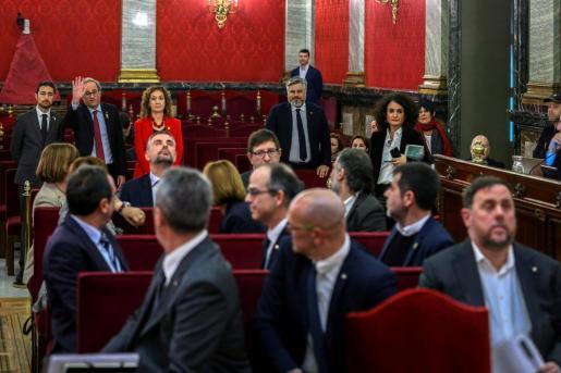 El presidente de la Generalitat, Quim Torra saluda a los doce líderes independentistas acusados por el proceso soberanista catalán al inicio del juicio del 'procés'.