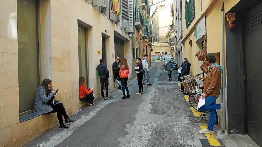 Varias personas esperan en la calle a ser atendidas ayer en la Gerencia Territorial de Justicia. Apenas fueron atendidos los ciudadanos que llegaron a las nueve de la mañana.