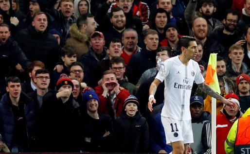 La afición del Manchester United lanza una botella al argentino Di María, ayer, en Old Trafford.