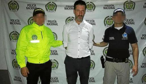 Dos agentes de la Policía Nacional colombiana custodian al mallorquín detenido en Buga, la semana pasada.