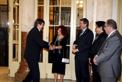 Antich, el 1 de marzo, saludando a Radó en presencia del resto de la Mesa del Parlament.