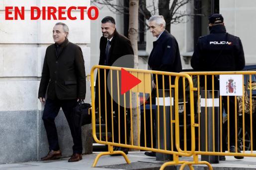 El exconseller de Empresa de la Generalitat Santi Vila (2i), junto a su abogado Pau Molins (i), a su llegada al Tribunal Supremo donde este miércoles se reanuda el juicio.