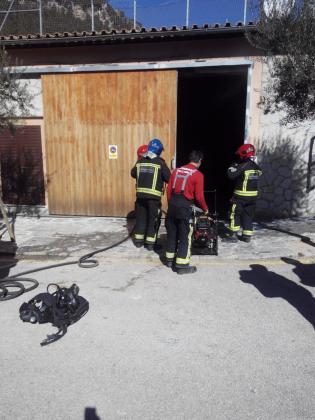 La Policia Local y personal de la Brigada se han sofocado las llamas con la ayuda de extintores y del deposito de agua de Proteccion Civil.