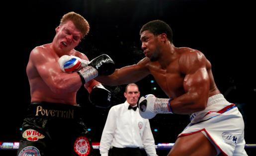Anthony Joshua peleando con Alexander Povetkin.