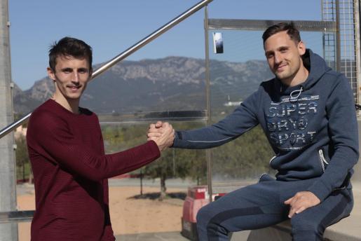 Ante Budimir y Nikola Stojiljkovic chocan las manos tras el entrenamiento celebrado en la Ciudad Deportiva.