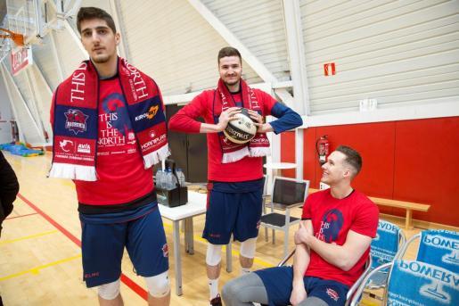 Los jugadores del Baskonia; Ajdin Penava, Miguel González y Tadas Sedekersis (de i a d), durante la jornada de atención a los medios que el club dedicó en vísperas de la Copa del Rey que se disputará a partir del próximo día 14 en Madrid.