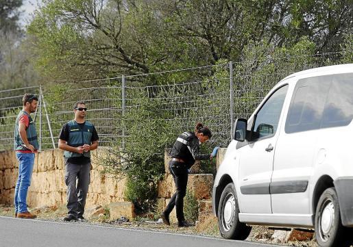 Agentes de la Guardia Civil buscan pruebas en el lugar donde hallaron el cadáver de Malone.