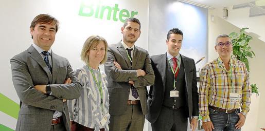 Miguel Ángel Suárez, Olga Castrillón, Jonay Lobo, Pablo Landrau y José Rodríguez, en la sede central de Binter.