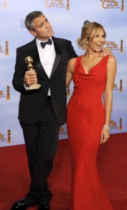 """El actor estadounidense George Clooney (i) posa con su premio a Mejor Actor dramático por su rol en la película """"The Descendants"""" junto a su novia, Stacy Keibler."""