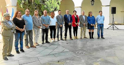 Los políticos escenificaron su unidad en este asunto en el claustro del Ajuntament.