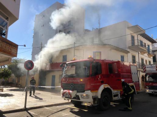 Los bomberos, apagando el incendio.