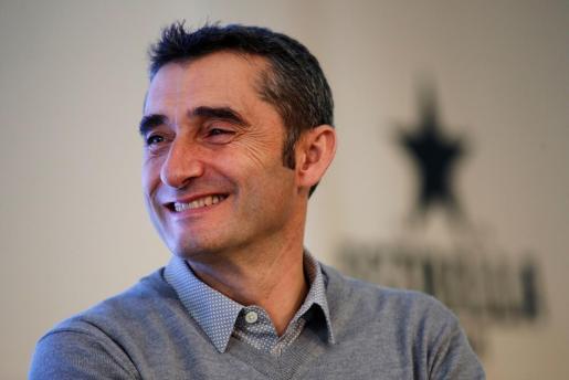 Imagen del entrenador del Barcelona, Ernesto Valverde, durante un acto solidario para la ONG Proactiva Open Arms.