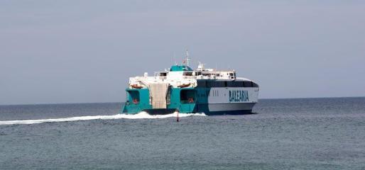 Este ferry rápido, de 86 metros de eslora, alcanza una velocidad de 38 nudos y tiene una capacidad para 800 personas y 200 vehículos.