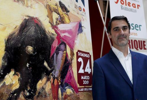 El diestro Jesús Janeiro 'Jesulín de Ubrique', junto al cartel anunciador de la corrida de toros del próximo 24 de marzo en la localidad sevillana de Morón de la Frontera.