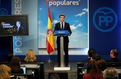 """GRAF7504. MADRID, 15/02/2019.- El líder del PP, Pablo Casado, comparece antes los medios de comunicación en la que ha asegurado que su partido """"ha conseguido como oposición que el Gobierno de Sánchez tire la toalla"""" y por eso están """"muy contentos"""", aunque ha criticado la """"instrumentalización"""" de la Moncloa con el """"mitin"""" que, a su juicio, ha dado este viernes el presidente del Gobierno. EFE/Zipi Casado: """"El PP ha conseguido que el Gobierno de Sánchez tire la toalla"""""""