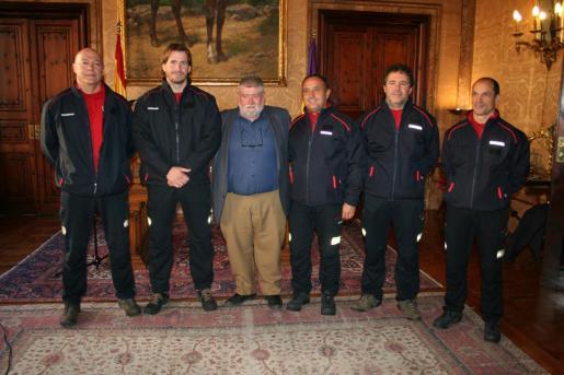 Los cinco nuevos sargentos con el conseller Joan Font.