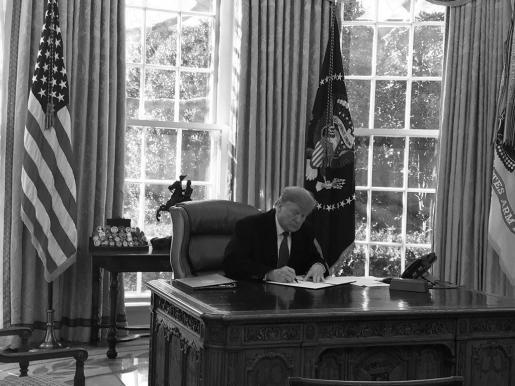 Imagen de la firma de la emergencia nacional difundida por la portavoz Sarah Sanders en Twitter.